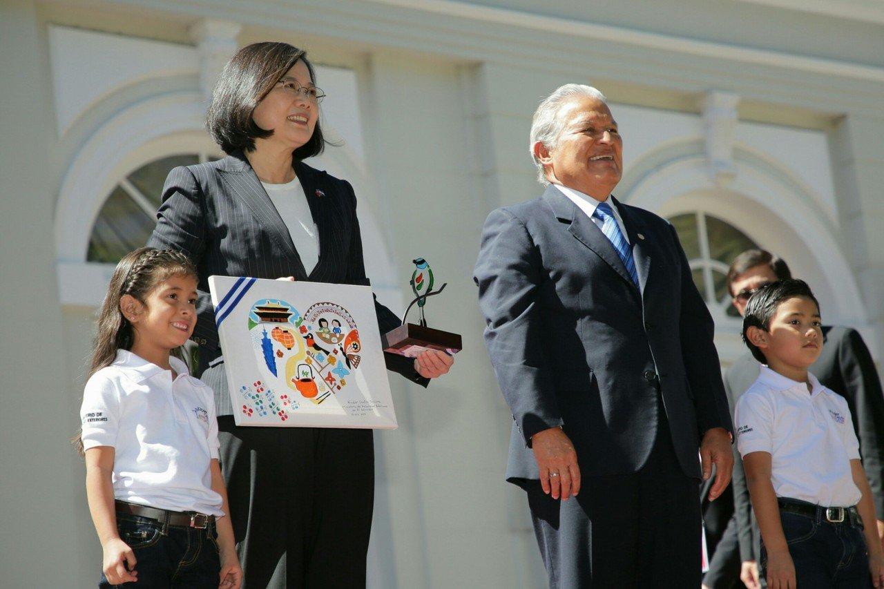 圖為薩爾瓦多總統桑契斯(右)在總統府以軍禮歡迎蔡英文總統(左),在演奏兩國國歌後...