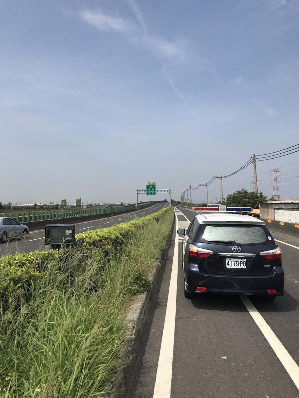 彰化警方在西濱快速公路彰化路段布置移動式測速器,光是在上月就開出900多張超速罰...