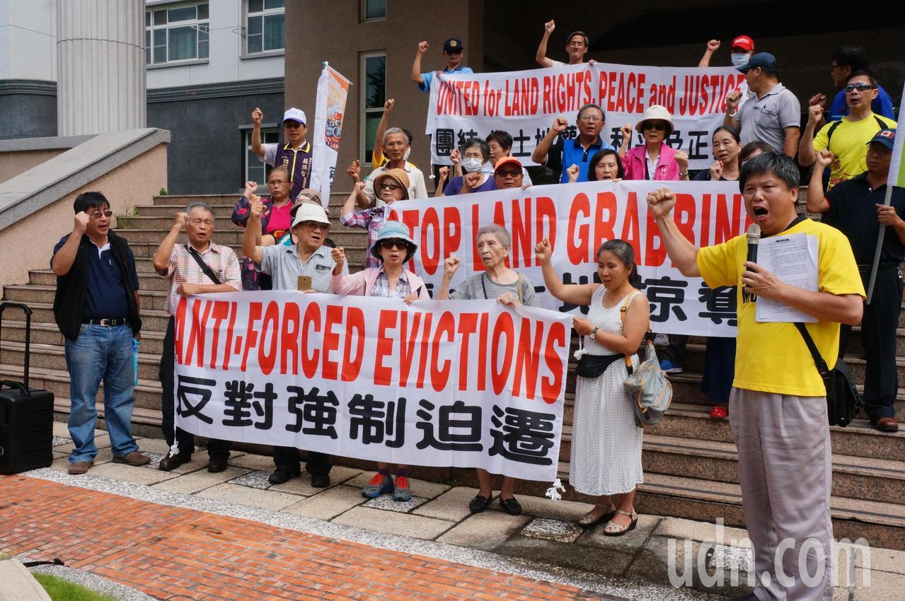 政大地政系教授徐世榮(前右一)表示人民對都市計畫應有救濟權利。記者林伯驊/攝影