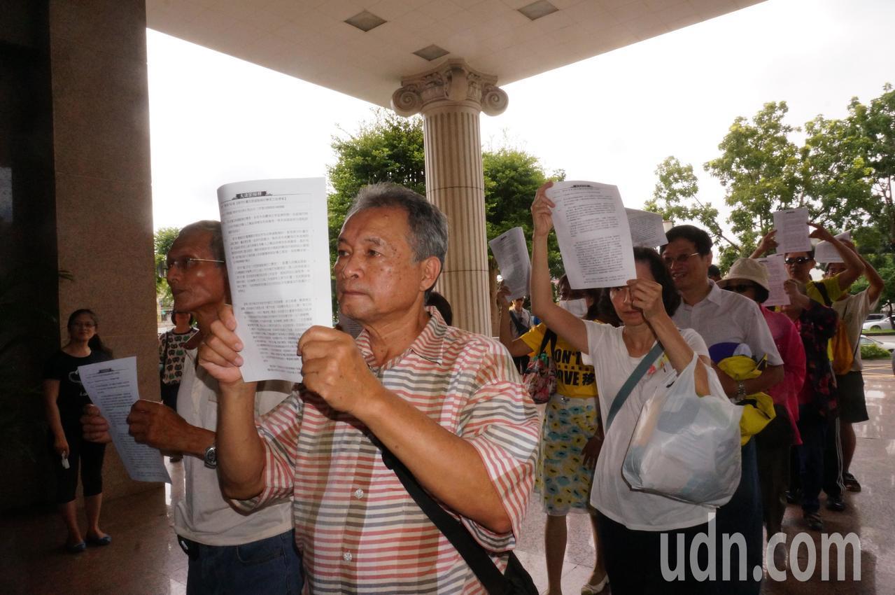 自救會成員持釋字742號進入高雄高等行政法院。記者林伯驊/攝影