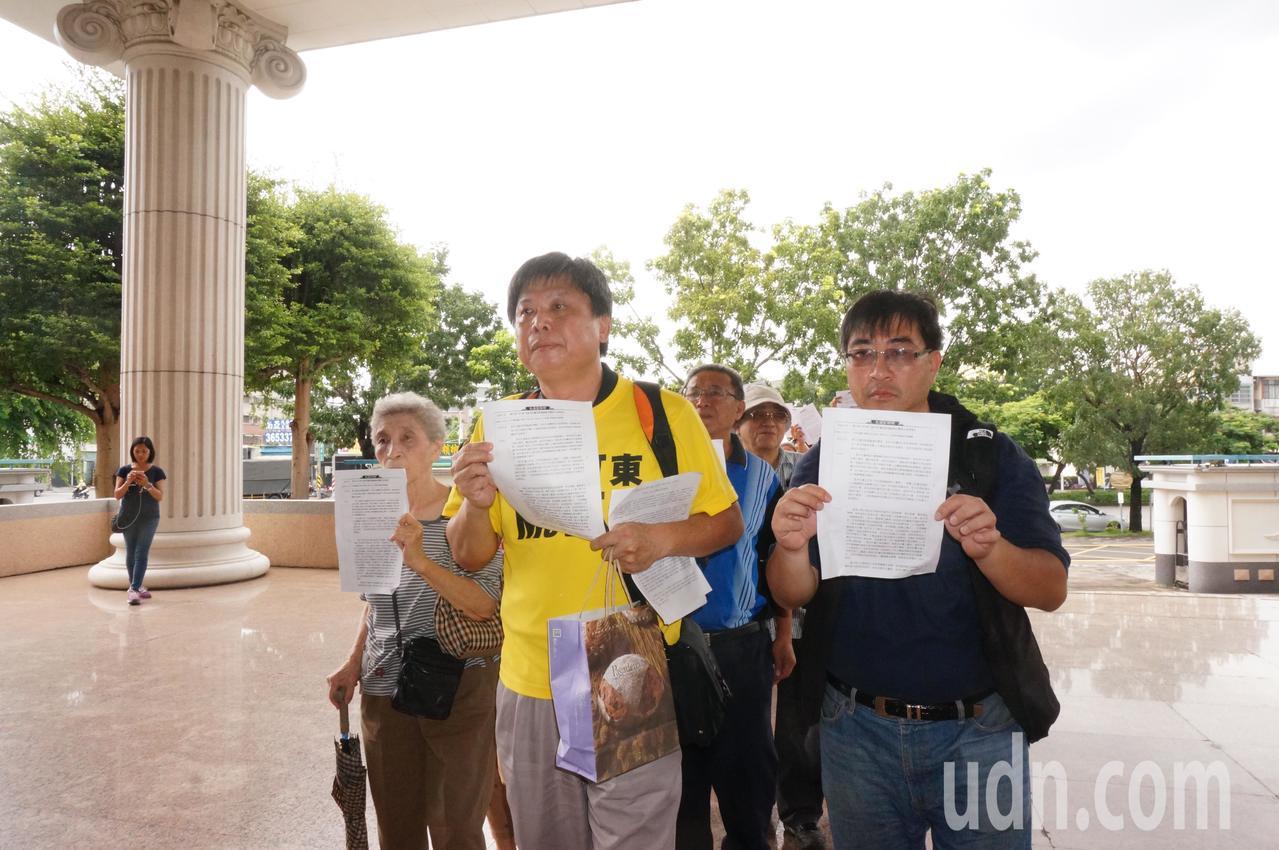陳致曉(前左起)、徐世榮率隊進法院。記者林伯驊/攝影