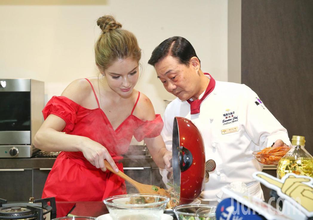 安妮(左)現場炒菜,阿基師(右)從旁提點。記者鄭清元/攝影