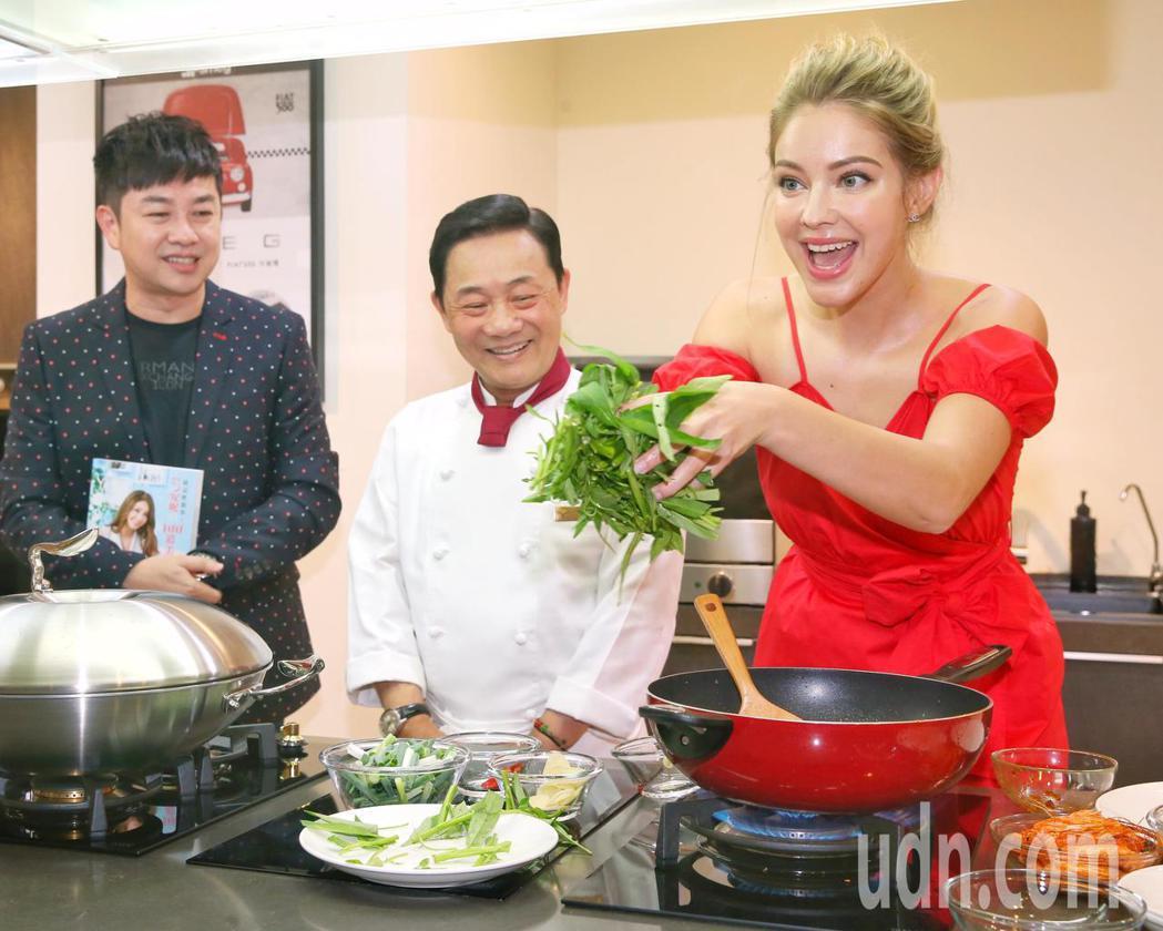 安妮(右)現場秀廚藝。記者鄭清元/攝影