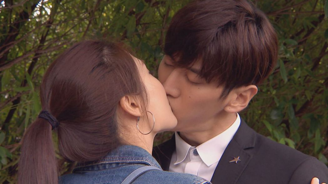 孫沁岳(右)和陽詠存上演浪漫吻戲。圖/中視提供