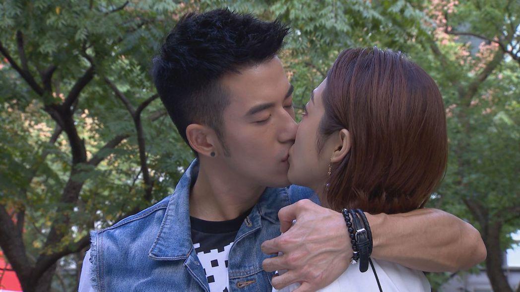 JR(左)吻黃甄妮直呼尷尬。圖/中視提供