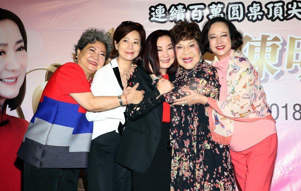 70年代紅極一時女星陳明利返台辦慈善演講,多年好友湯蘭花(右起)、周遊、林友梅、