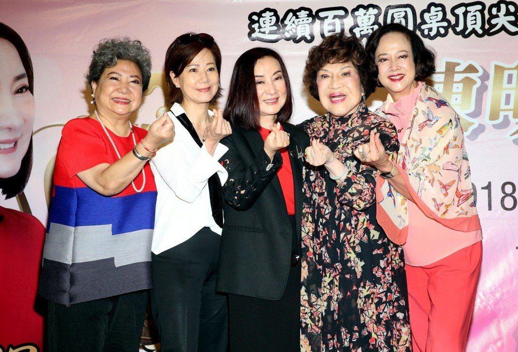 70年代紅極一時女星陳明利返台辦慈善演講,多年好友湯蘭花(右起)、周遊、林友梅、...