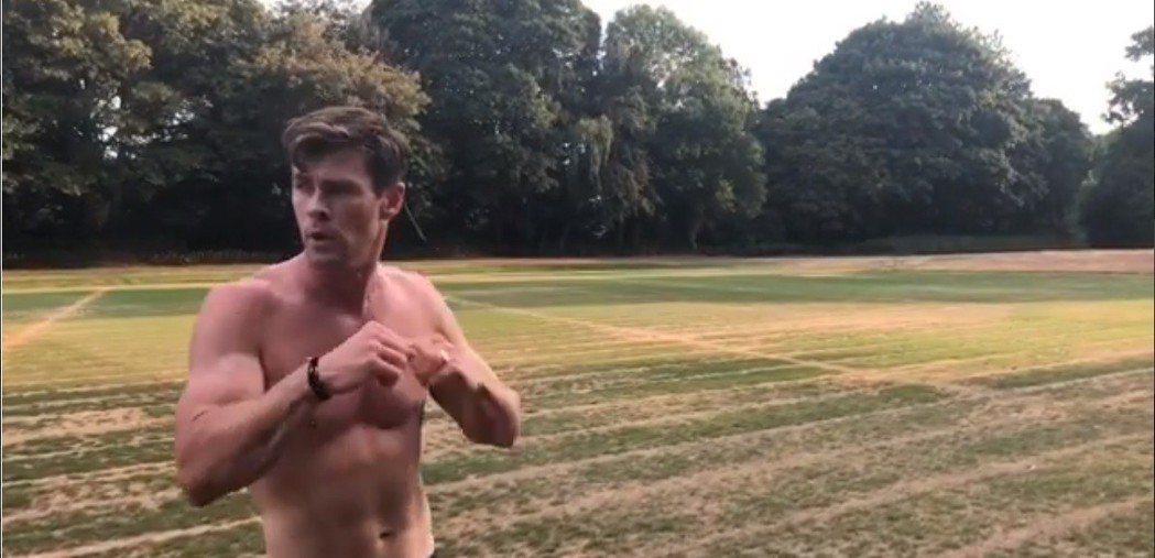 克里斯漢斯沃想不想被定型在「性感猛男」的戲路上。圖/摘自Instagram