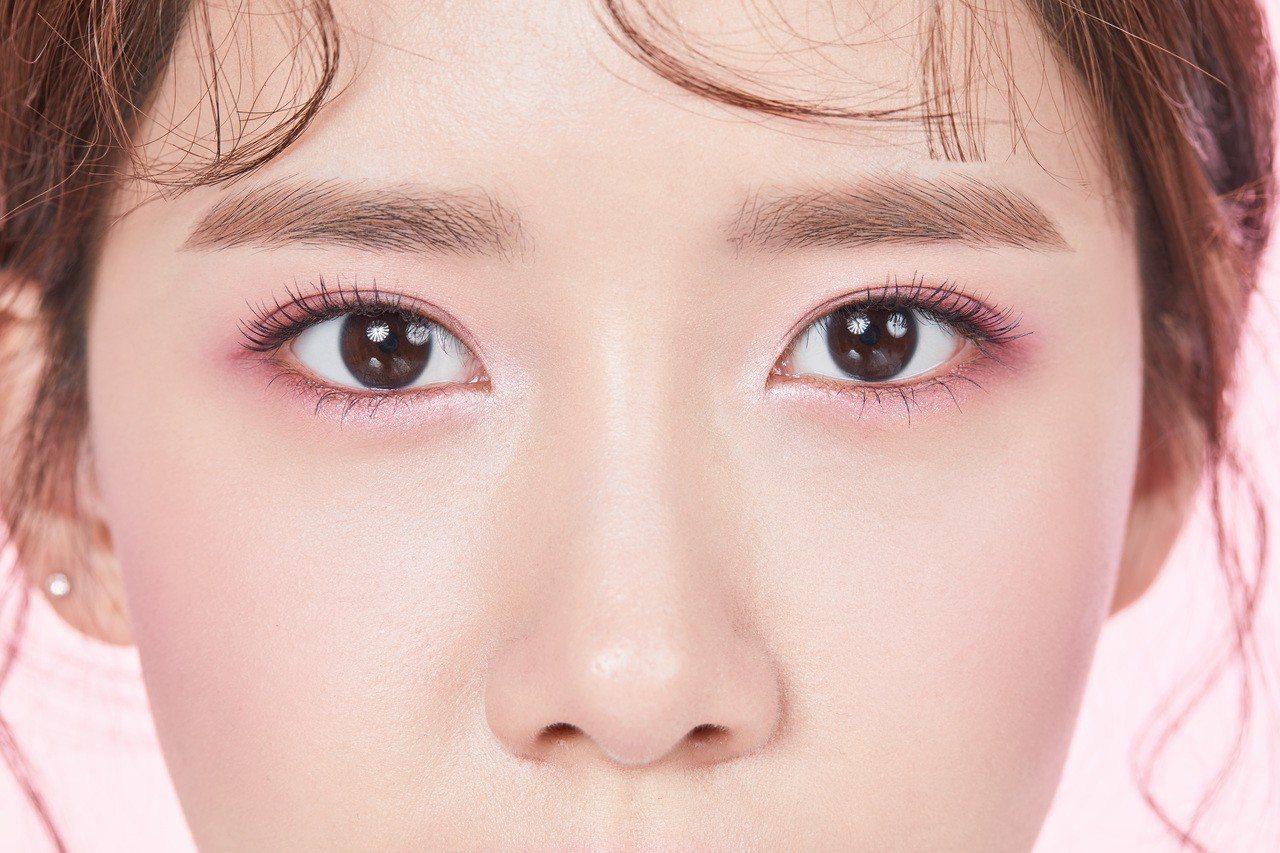 潤娥款玫瑰紫羅蘭眼妝耐看又百搭。圖/innisfree提供