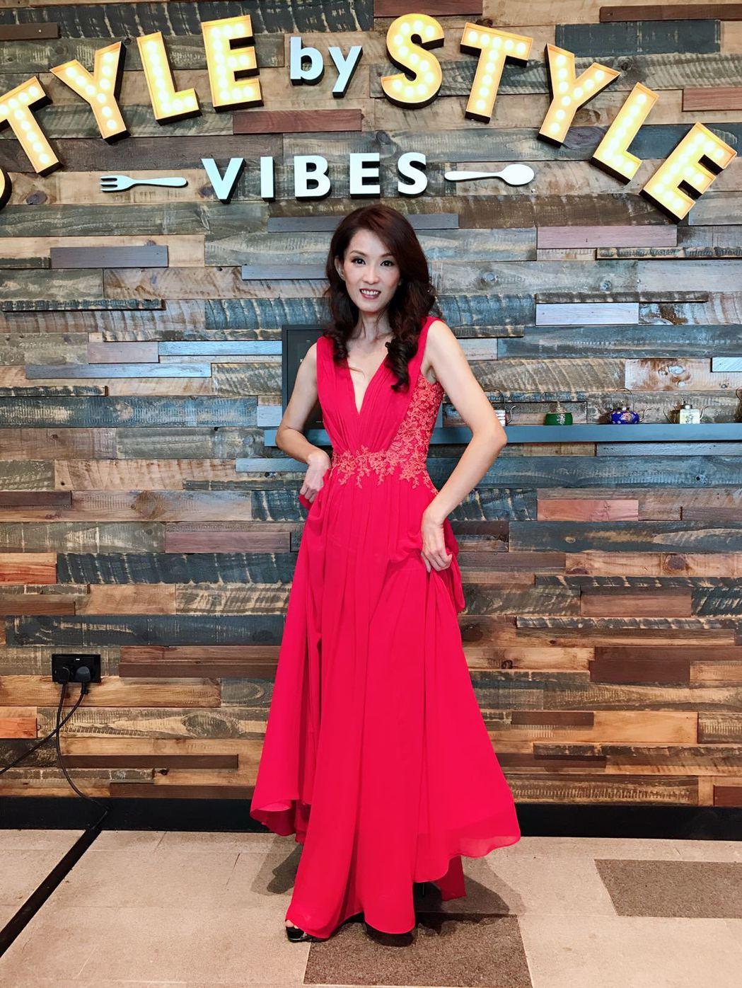葉全真一襲大紅色禮服出席「229明天見」記者會。圖/星之國際提供
