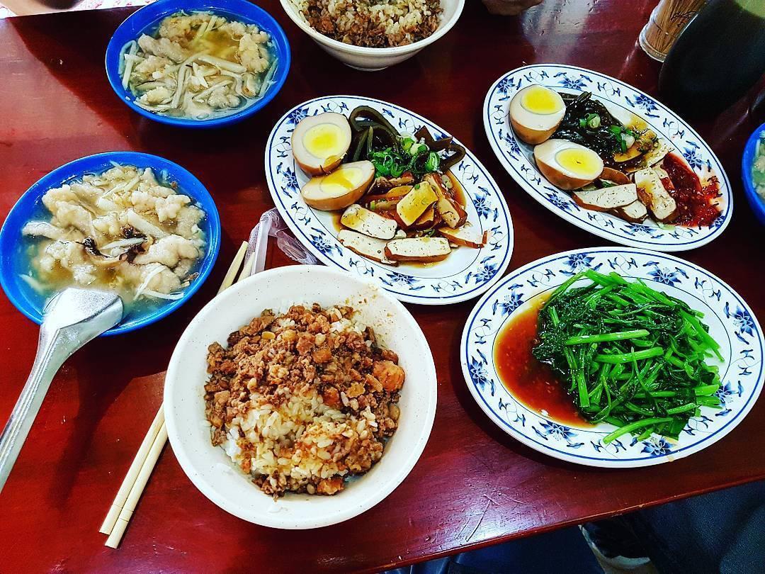 圓環老店三元號,可同時品嚐滷肉飯及魚翅肉羹。圖/網友weiyen0626授權使用