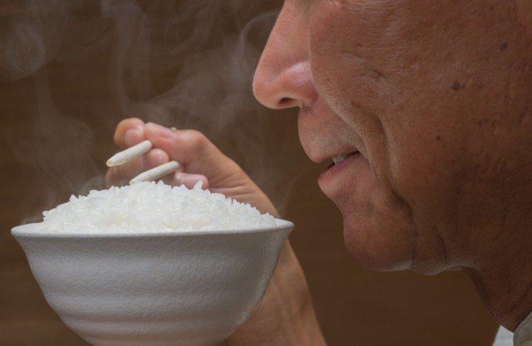 很多人為了減肥而不吃米飯等澱粉,除了會影響血糖,也會造成維生素B群攝取不足。 圖...