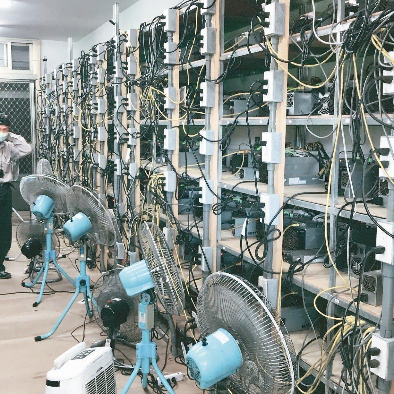 機房擺放大批比特幣挖礦機,為散熱,多台大型電風扇全天候開著。 記者姜宜菁/翻攝