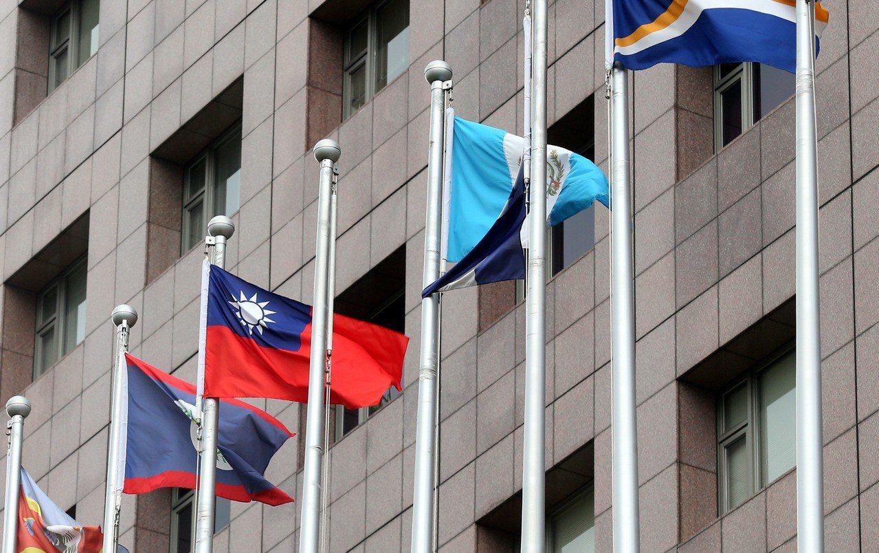 天母使館特區前,本來懸掛於中華民國國旗旁的薩爾瓦多國旗已經消失,只剩旗桿。 記者...