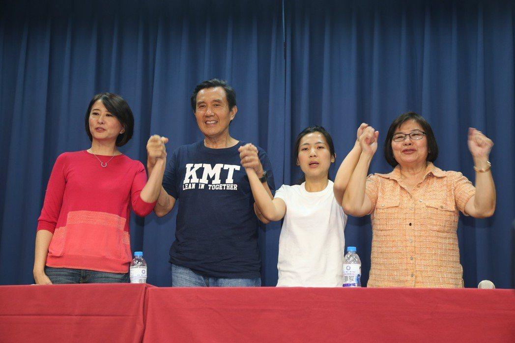 馬英九(左二)22日下午陪同王鴻薇(左一)、徐巧芯(右二)和北市黨部主委黃呂錦茹...