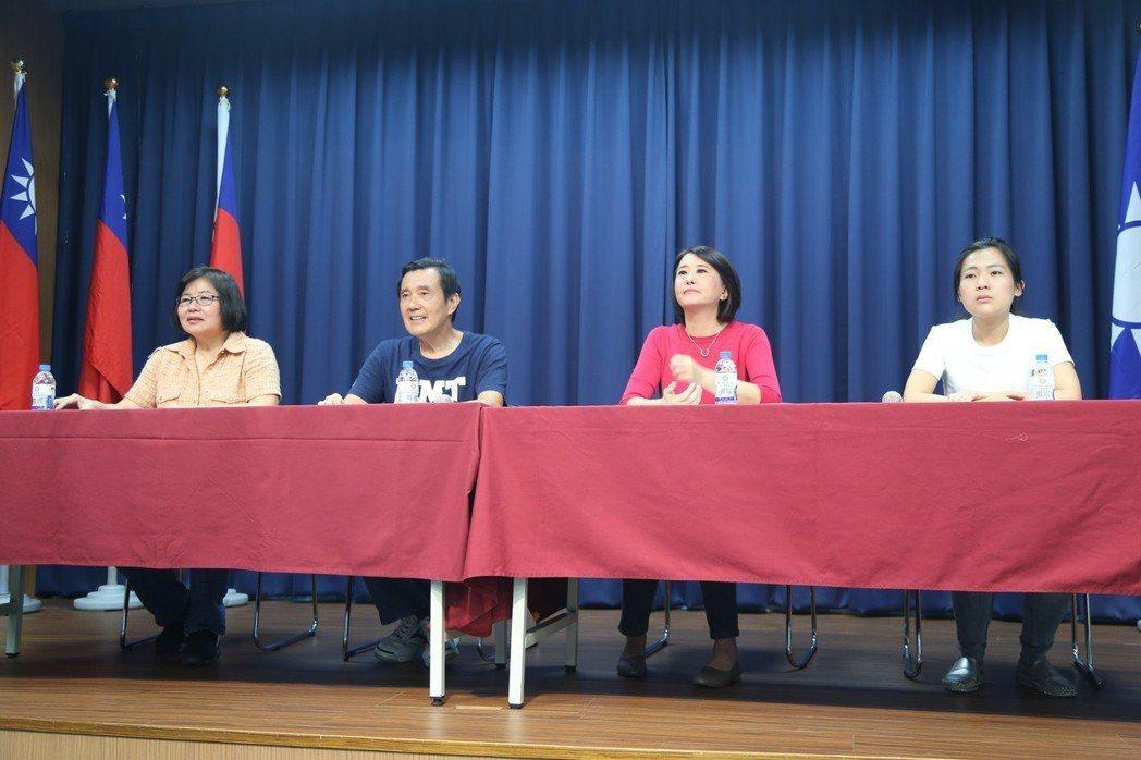 記者會上王、徐兩人毫無笑容,馬英九拜託她們「笑一個好不好?」 記者魏莨伊/攝影
