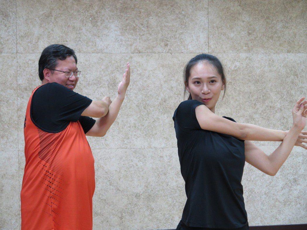 桃園市長鄭文燦(左)與韻律體操選手宋語涵(右)透過臉書直播,一起做操。 圖/聯合...