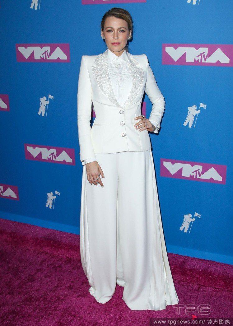 在VMA頒獎典禮上,布蕾克身穿英國高級訂製服Ralph & Russo的白色改良...