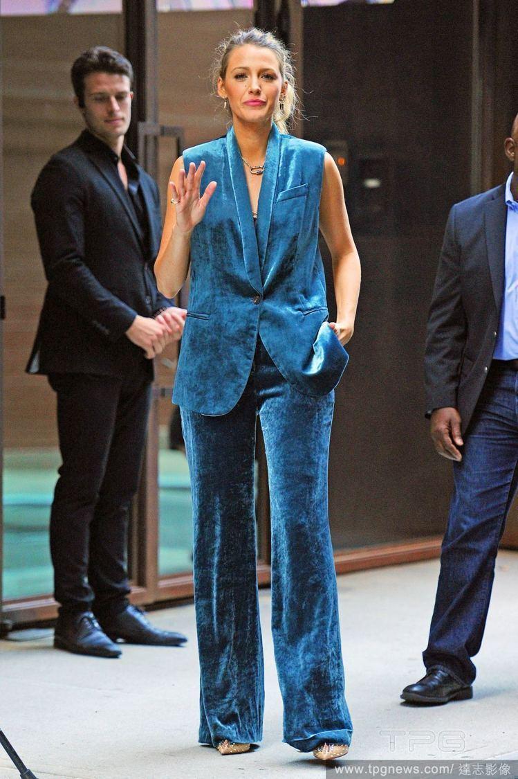 布蕾克示範Bruno Cucinelli的絲絨西裝兩種穿法。圖/取自IG