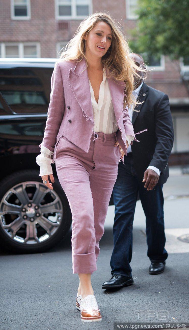 布蕾克穿粉紅色不收邊的牛仔Vivienne Westwood西裝搭配Sonia ...
