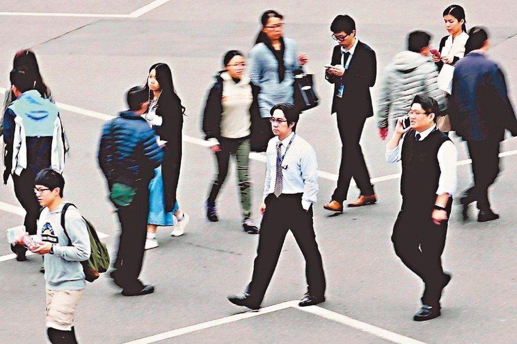 主計總處發布7月失業率統計,由於畢業生陸續投入職場,失業率為3.81%。 圖/聯...