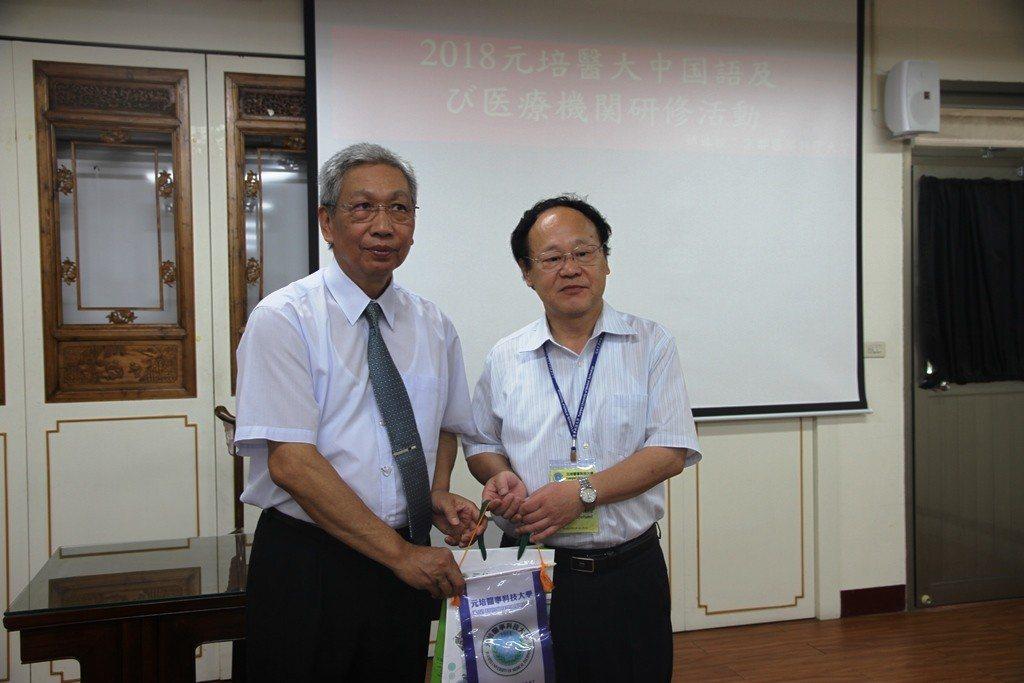 元培副校長蔡世傑(左)致贈紀念品給日本鈴木英文董事。 元培/提供