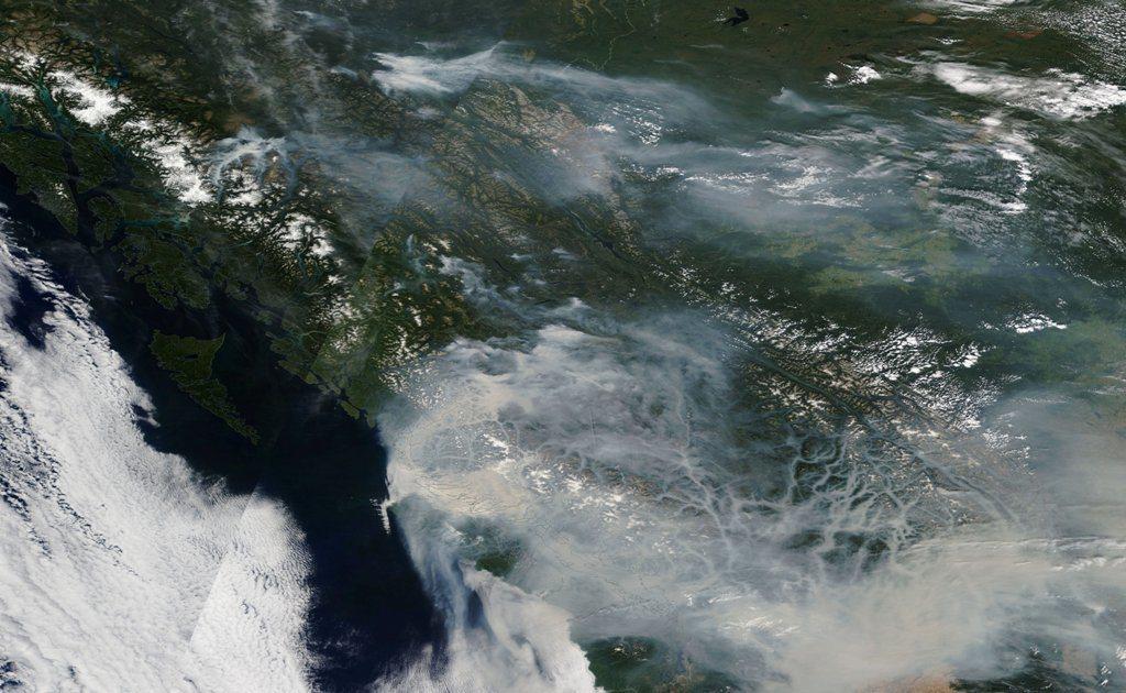 加拿大卑詩省20日衛星空拍圖,該省因逾550處森林大火,該區上方煙霧瀰漫。圖/法...