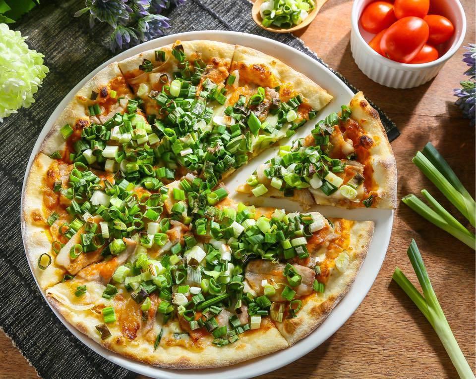 蔥花豆腐乳香草豬披薩。 圖片來源/Zoe Cafe & Pizza Pasta餐...