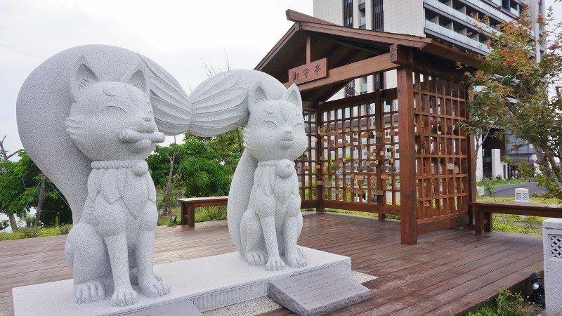 御守庭前,兩座狛狐石雕,為綠舞的吉祥物「烏咪」與「娜咪」。 徐谷楨/攝影