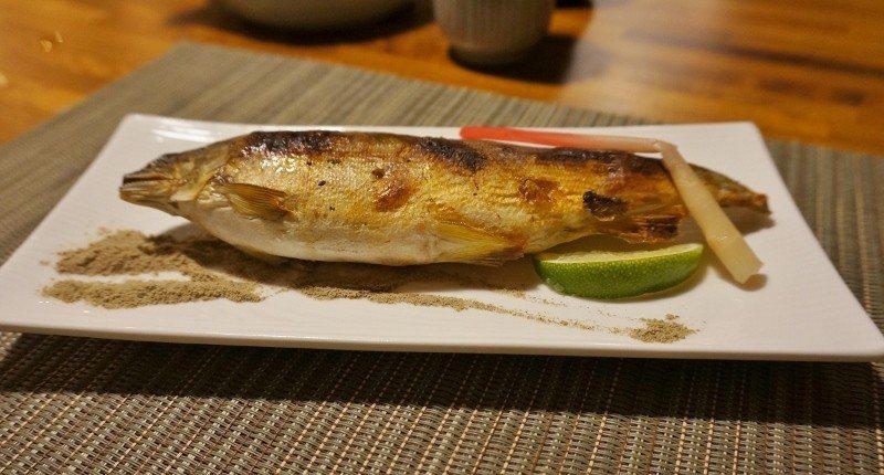肥美的抱卵香魚鹽烤,愈吃愈香。 徐谷楨/攝影