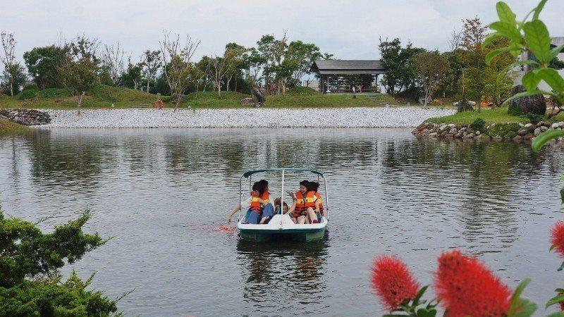旅客遊湖,吸引水中魚兒聞聲聚集,緊跟船兒。 徐谷楨/攝影