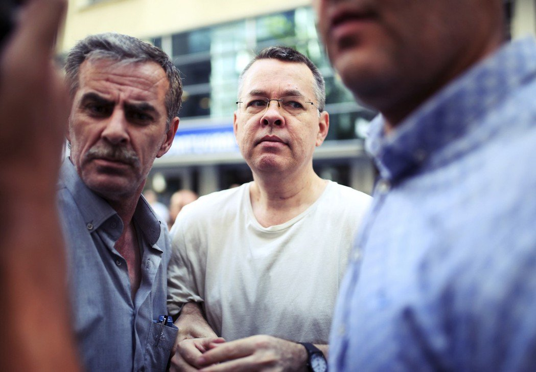 美國譴責土耳其當局拘禁布朗森,繼而對其徵收鋼鋁關稅。在貿易戰背後,浮現了另一個焦...