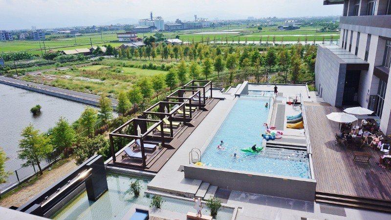 很受親子族群歡迎的戶外泳池區,池畔有發呆亭與許多雅座。遠處是偌大的蘭陽平原。 徐...