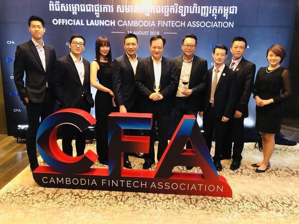 柬埔寨金融科技協會成立大會(左五臺灣金融科技協會理事長王可言、左六臺灣金融科技協...