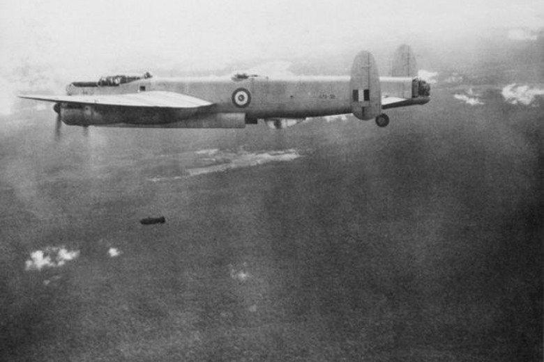 英國殖民政府在1948年於馬來半島宣布進入緊急狀態。圖為澳軍轟炸機在共黨軍藏匿的...