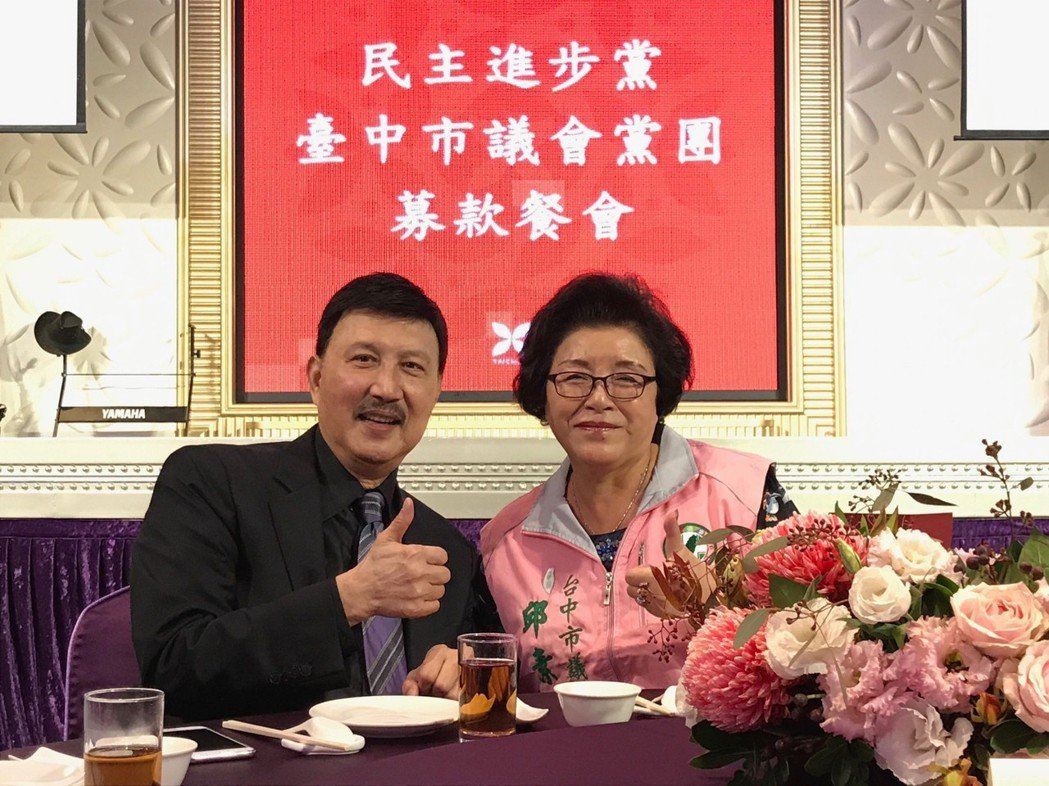 台中市議員邱素貞(右)每次選舉都有余天站台唱歌。 圖/邱素貞提供