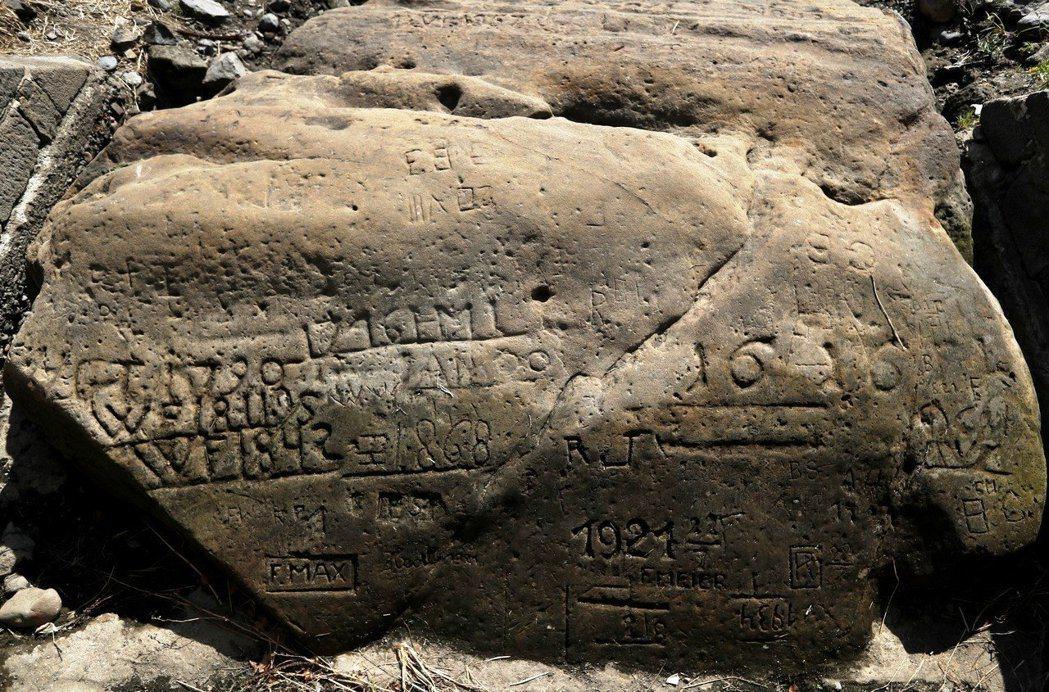 在捷克北部城市德辛,警告荒年來臨的飢餓之石已有10餘個裸露在外。圖/美聯社