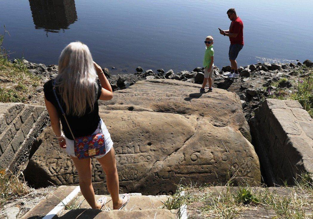 飢餓之石裸露,吸引遊客前往一探究竟。圖/美聯社