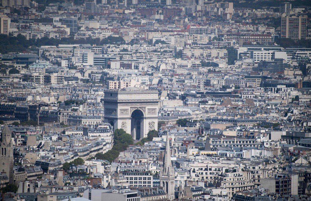 熱浪橫掃整個歐洲,法國也持續高溫,圖為巴黎的凱旋門紀念碑。圖/法新社