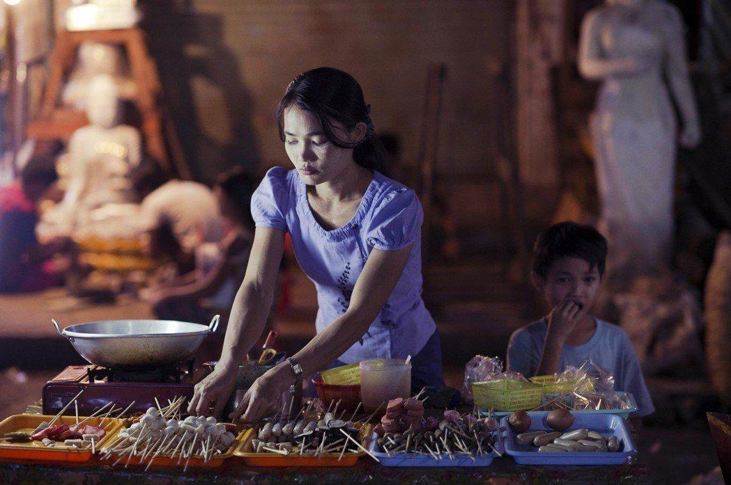「緬甸女性的社會地位啊?這題目很複雜...」夜晚時分,緬甸女人在路邊小吃攤忙活著...