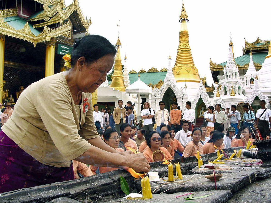 在緬甸人的觀念中,當新的佛陀再現人間時,會以男子之身出現,因此認為男性生來就比女...