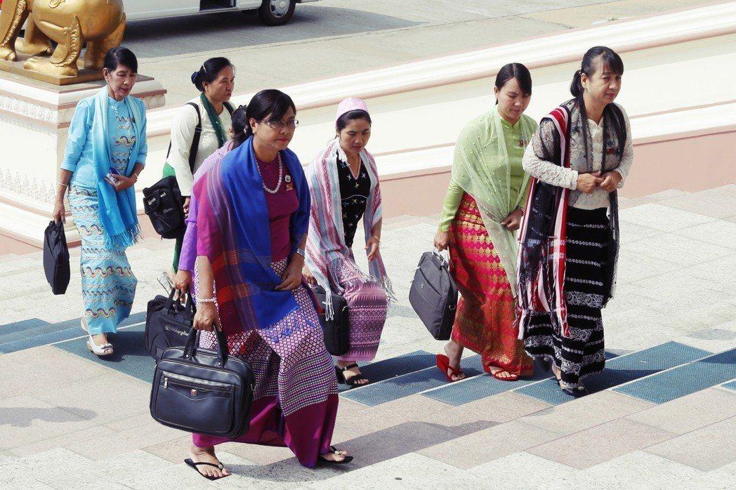 到了新政府時期,659位民選國會議員中只有20名女性,雖然政治開放了,但女性參政...