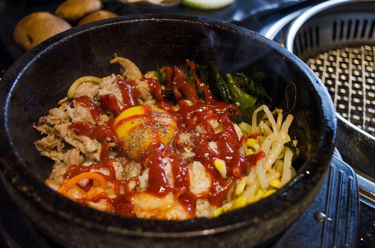 (圖/台灣旅行趣) ▲「牛石鍋拌飯」拌出迷人鍋粑。