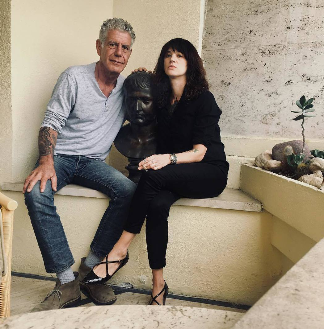 安東尼波登生前對艾夏亞金多用情甚深,願意為她花錢擋災。圖/摘自Instagram