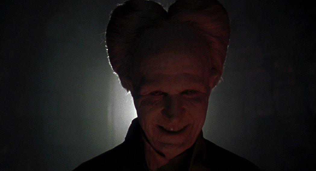蓋瑞歐德曼的吸血鬼造型令人印象深刻。圖/摘自imdb