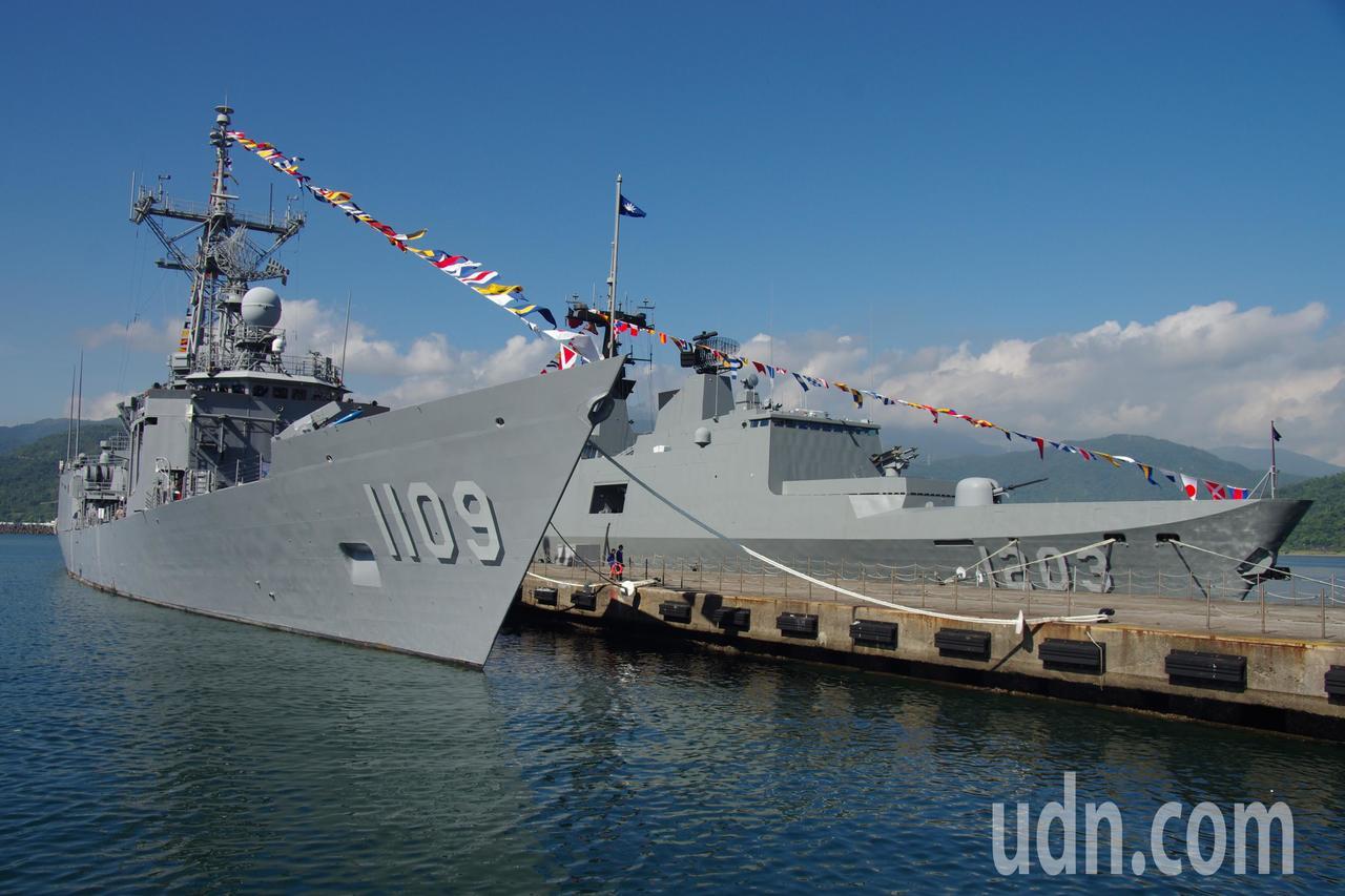 成功級巡防艦(左)「張騫」號、康定級巡防艦「西寧」號。記者程嘉文/攝影