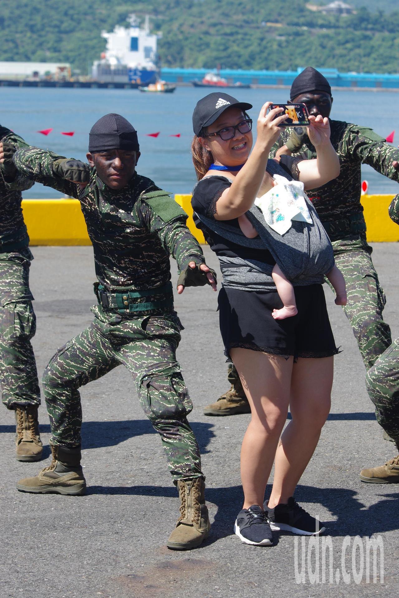 民眾與表演完畢的陸戰隊興奮自拍。記者程嘉文/攝影