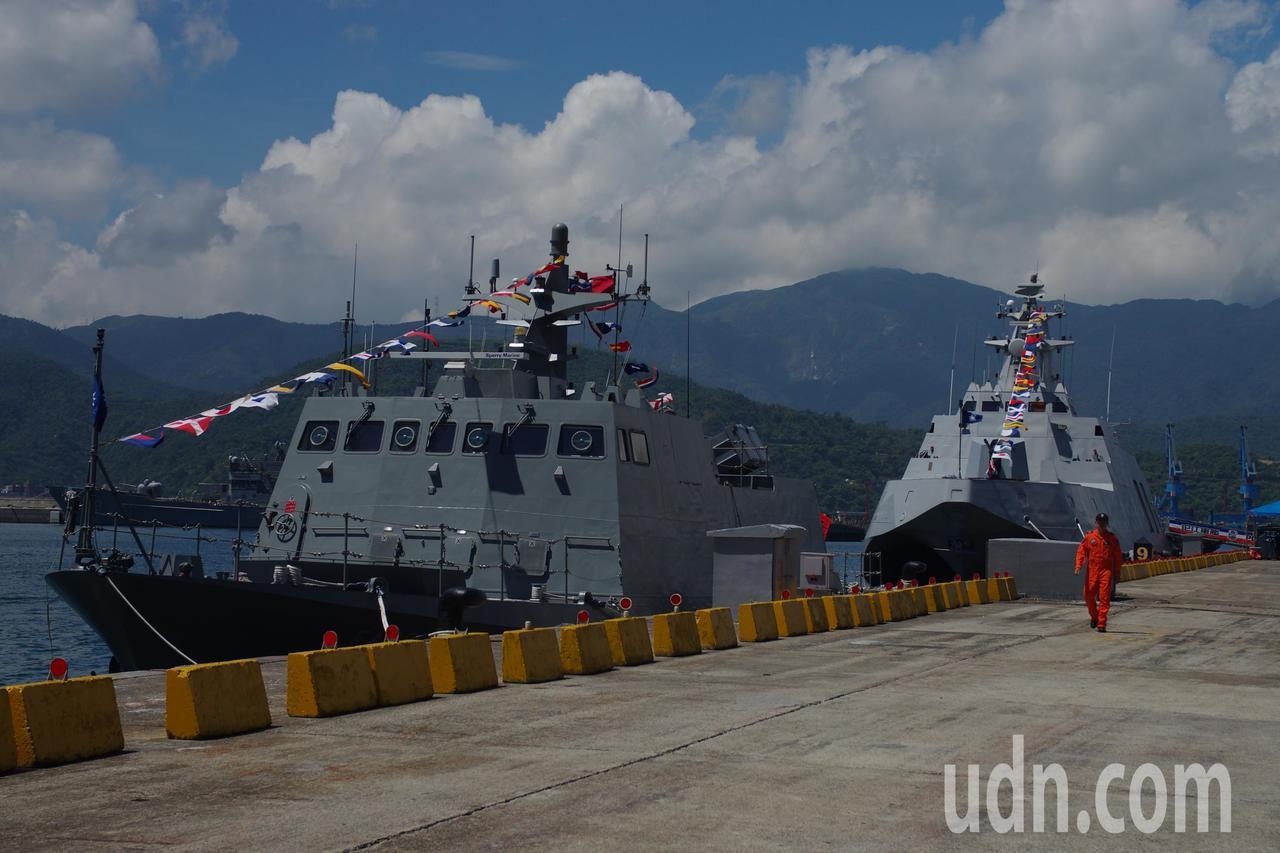 光華六號快艇(左)、沱江號飛彈巡邏艦。記者程嘉文/攝影