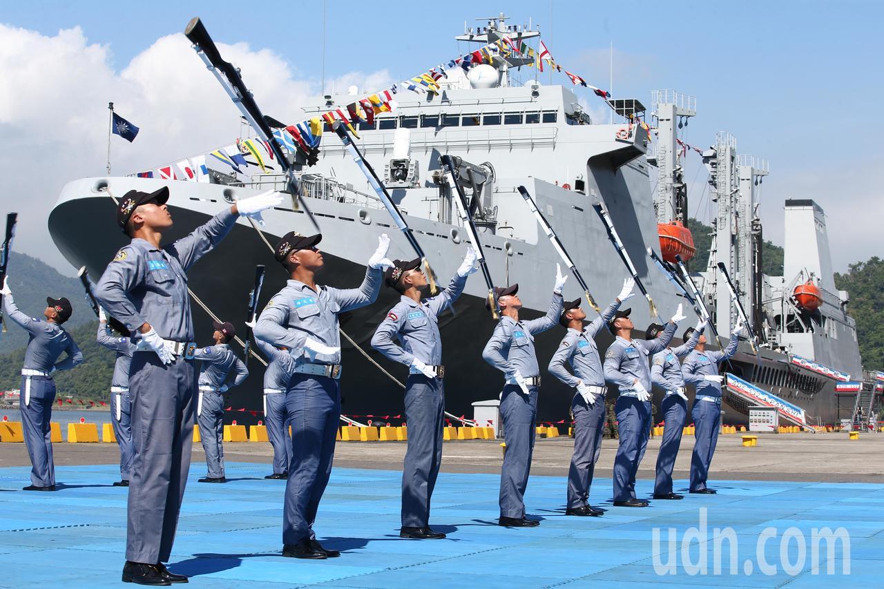 海軍儀隊操槍演出,背景為磐石軍艦。記者蘇健忠/攝影