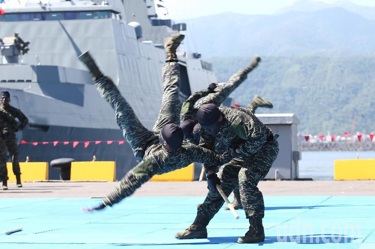 海軍蘇澳基地上午舉行開放預演,陸上表演由海軍樂儀隊表演、陸戰隊綜合格鬥演練、莒拳...